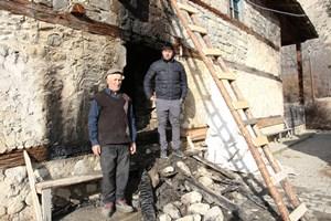 Tarihi ahşap camiyi kül olmaktan köylüler kurtardı
