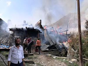 Erzurum'da 6 ev yanarak kül oldu