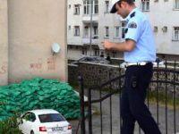 Erzurum'da otomobil apartman bahçesine uçtu
